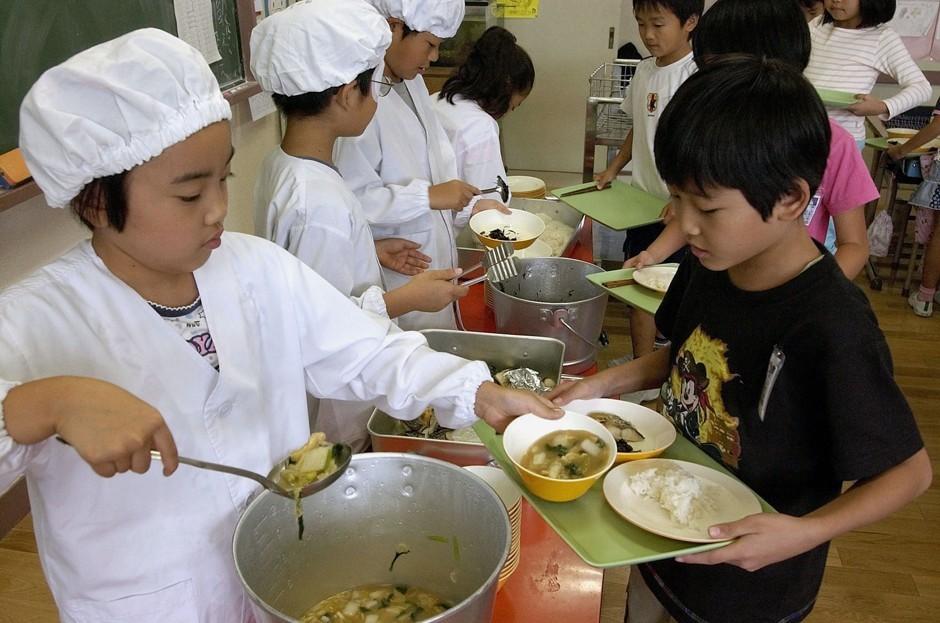 makan tengah hari di sekolah jepun