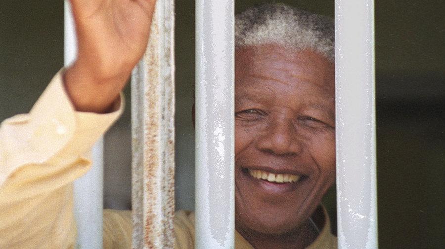 mandela nelson afrika selatan pemimpin dipenjarakan