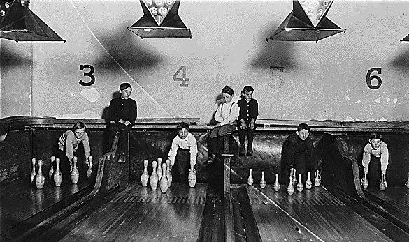 manusia digunakan untuk menyusun pin bowling