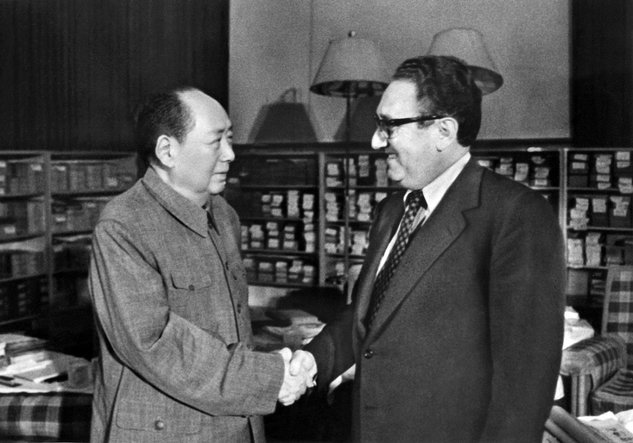 mao zedong dan henry kissinger pada tahun 1973 735