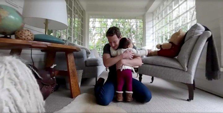 mark memeluk anaknya max