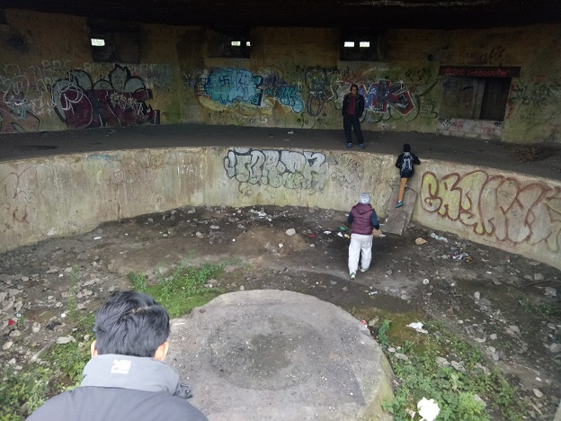 masuk ke dalam bunker