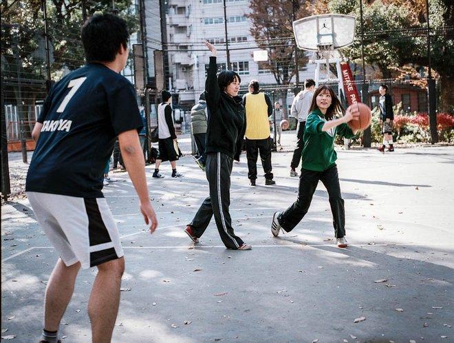 masyarakat jepun bermain bola keranjang di jalanan