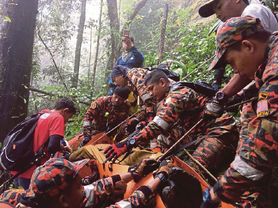 mayat pendaki terjatuh di gunung nuang ditemui