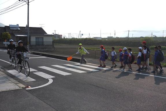 melintas jalan ke sekolah di jepun
