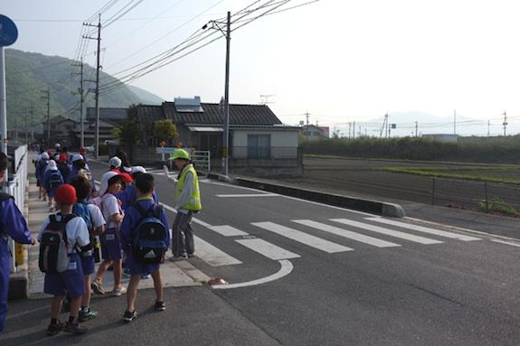 melintas jalan ke sekolah di jepun2