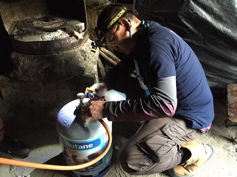 memasang gas dapur