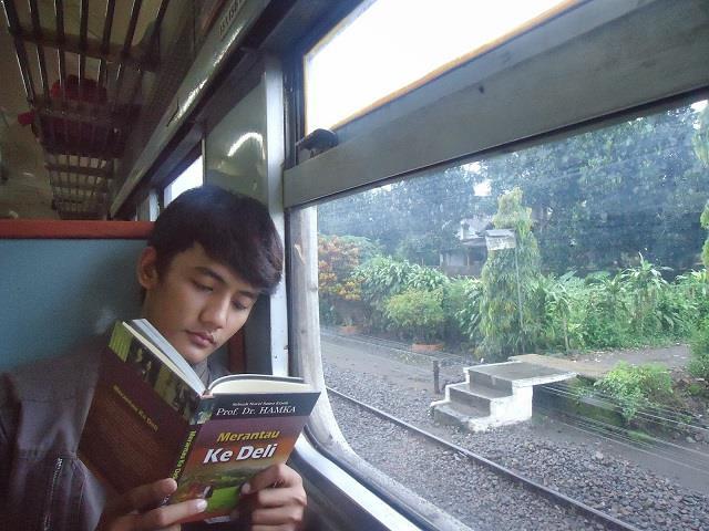 membaca dalam kereta api pun kadang kadang menjadikan anda pening