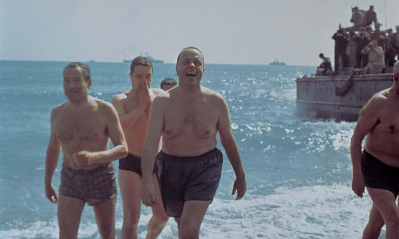 menteri sepanyol mandi di pantai