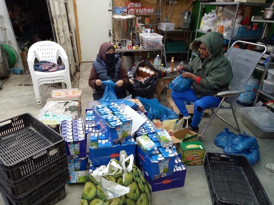 menyiapkan food pack untuk diberikan kepada pelarian