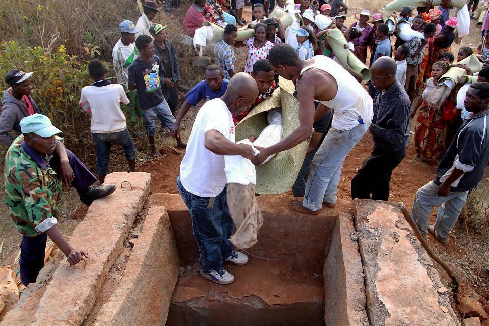 menyimpan semula mayat setelah puas menari bersama mayat ritaul famadihana