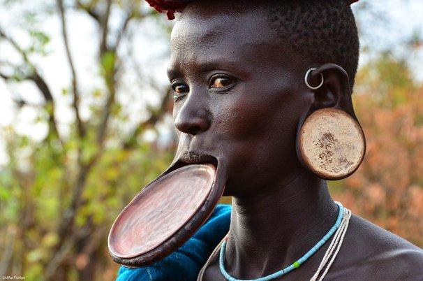 meregangkan bibir persepsi kecantikan yang pelik dari seluruh dunia 2