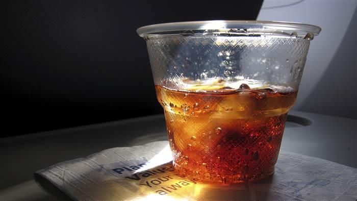 minum minuman berbuih atas pesawat