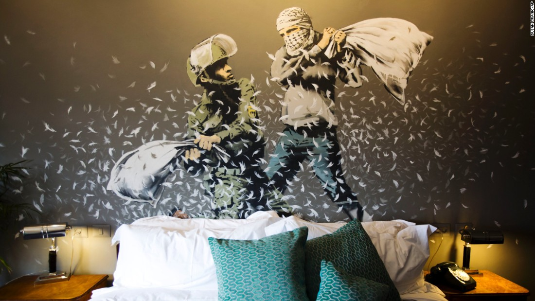 mural askar israel dan pejuang palestin lawan pukul bantal pillow fight dalam salah satu bilik di hotel banksy