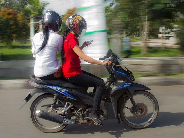 naik motor sambil main hp henfon