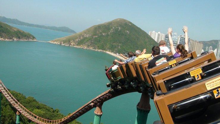 naik roller coaster dengan pandangan menakjubkan di ocean park hong kong