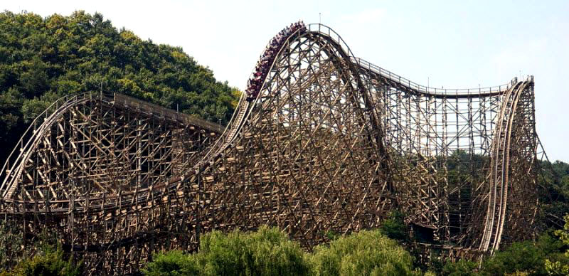 naik roller coaster kayu di everland korea selatan