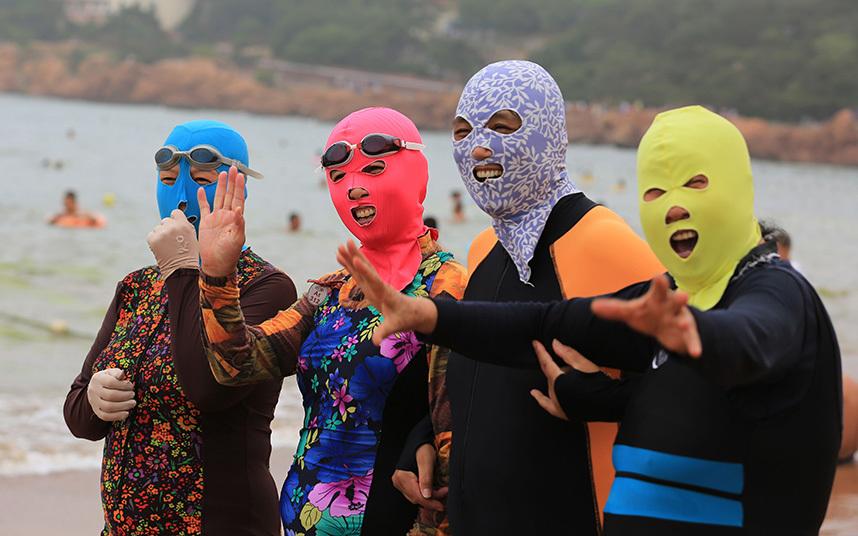 orang china pakai mask suit di pantai elak sebab nak putihkan kulit