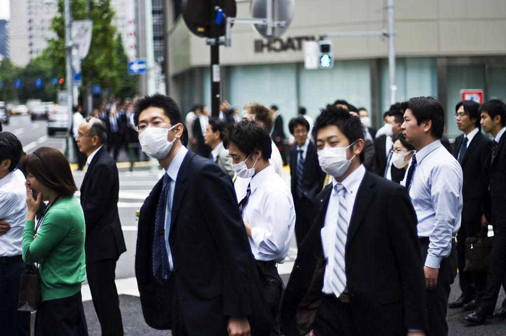 orang jepun memakai topeng muka untuk mengelakkan jangkitan