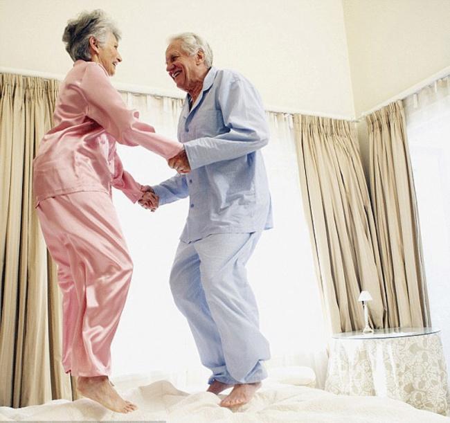 orang tua lompat atas katil