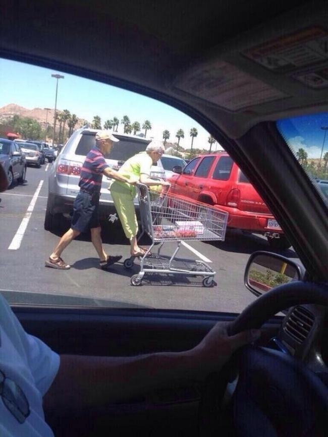 orang tua main troli di supermarket