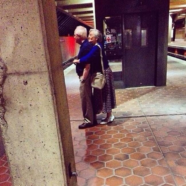orang tua peluk di tempat awam