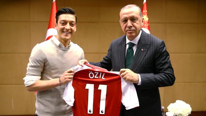 ozil erdogan hadiah jersi pertemuan