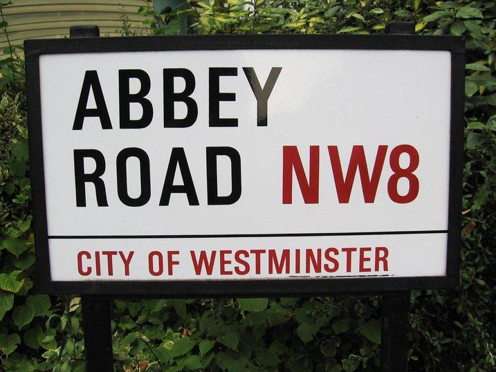 papan tanda jalanan di london