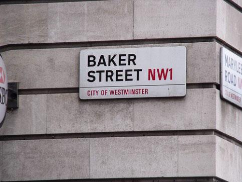 papan tanda jalanan di sekitar kota london