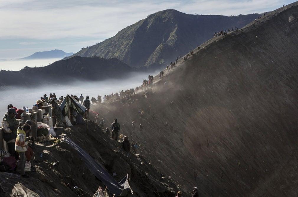 para penganut mendaki gunung bromo 24