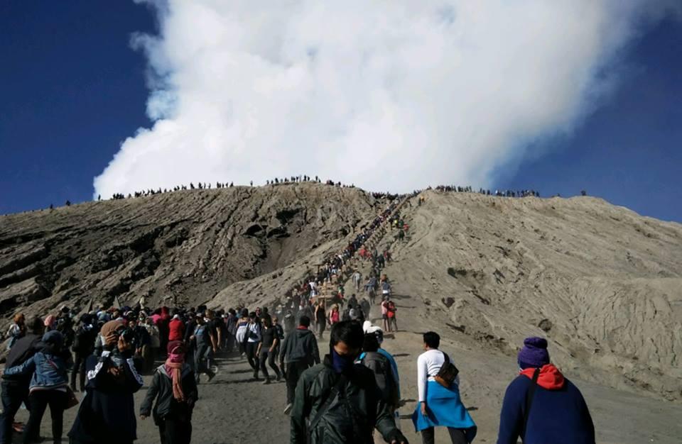 para penganut mendaki gunung bromo 99