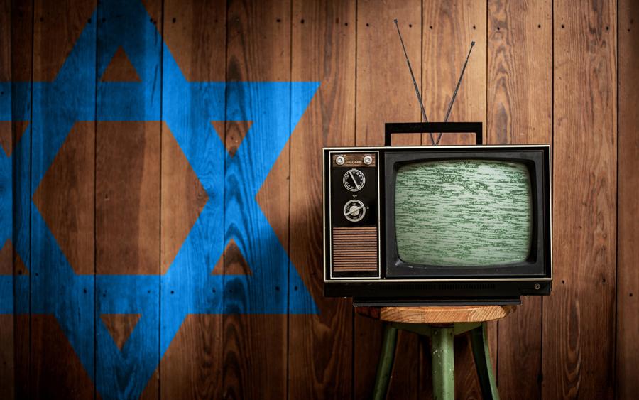 paranoid ketakutan orang israel menonton tv hitam putih