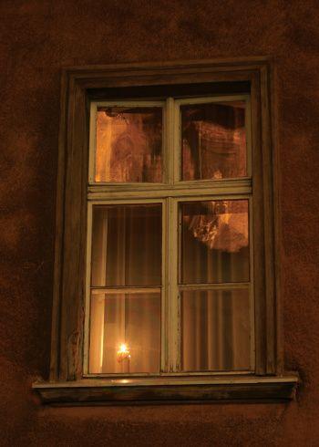 pasang lilin di tepi tingkap untuk mendapatkan feel kerohanian