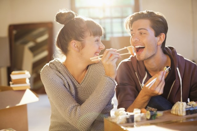 pasangan bahagia banyak makan bersama berat naik
