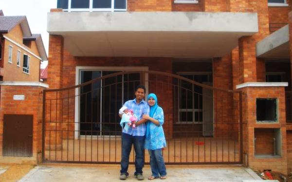 pasangan bahagia bergambar depan rumah baru