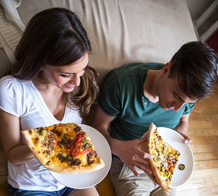 pasangan makan pizza depan tv boleh gemuk