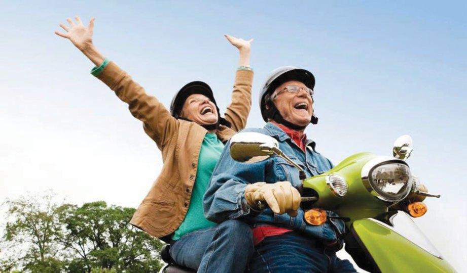 pasangan warga tua memandu motosikal