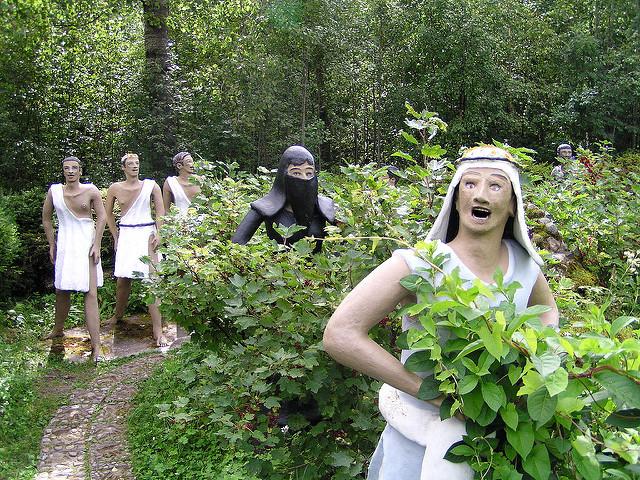 patung menghiasi taman finland