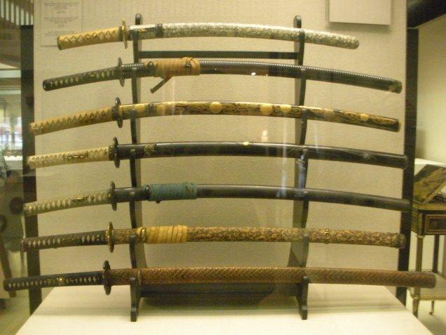 pedang samurai kuno yang telah ditempatkan di muzium