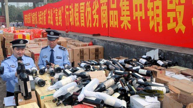 pegawai penguatkuasa memeriksa dan merampas wain tiruan