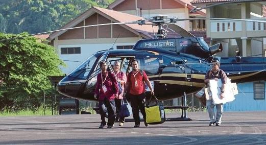 pegawai spr bawa kotak undi naik helikopter