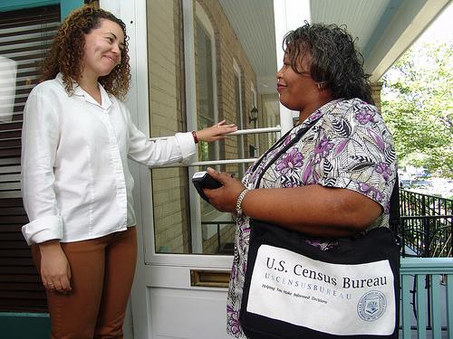 pekerja bancian melawat dari rumah ke rumah untuk mengetahui bilangan ahli keluarga