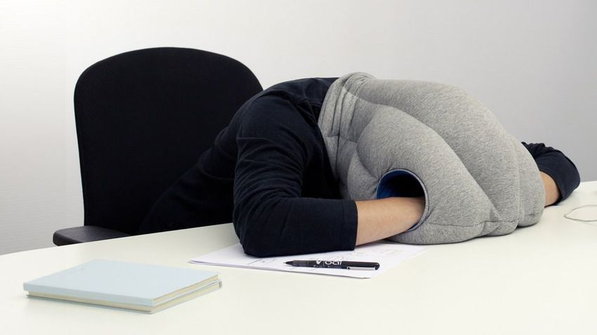 pekerja jepun tidur atas meja