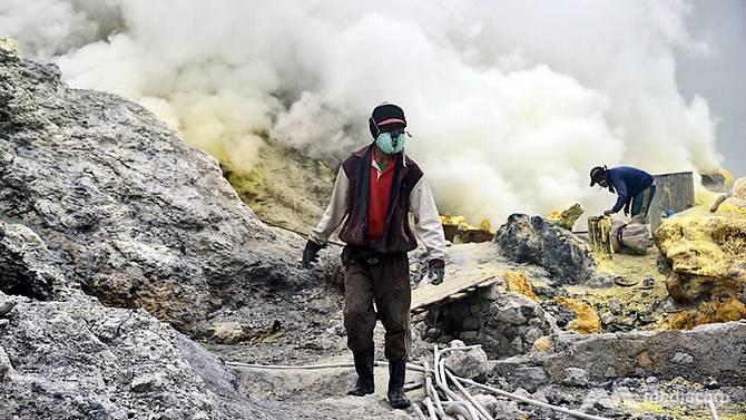 pekerja lombon sulfur di kawah ijen