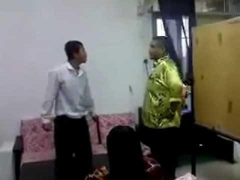 pelajar bergaduh dengan guru dalam bilik guru
