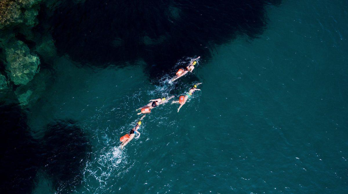 pelajar institut le rosey berenang di sepanjang terusan inggeris untuk mengutip derma