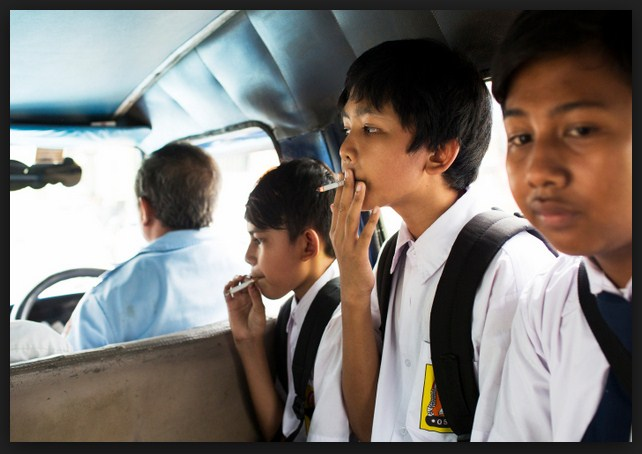 pelajar merokok dalam van sekolah