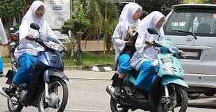 pelajar sekolah menengah bawa motor tak pakai helmet