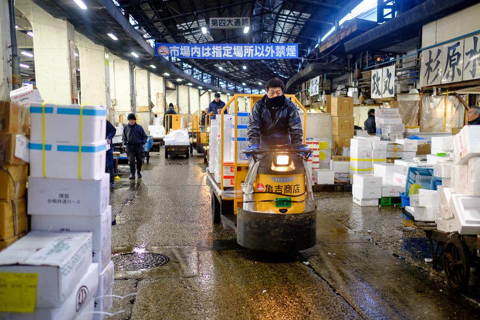 pelancong perlu berhati hati dengan troli dan skuter yang laju di pasar tsukiji jepun