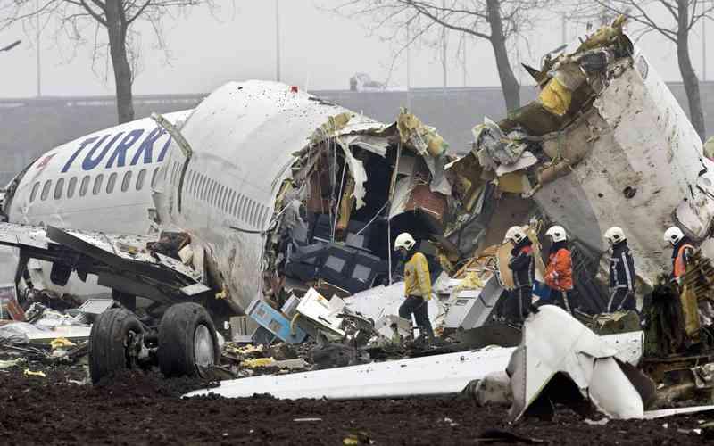 pelanggaran kapal terbang serpihan pesawat mayat bergelimpangan